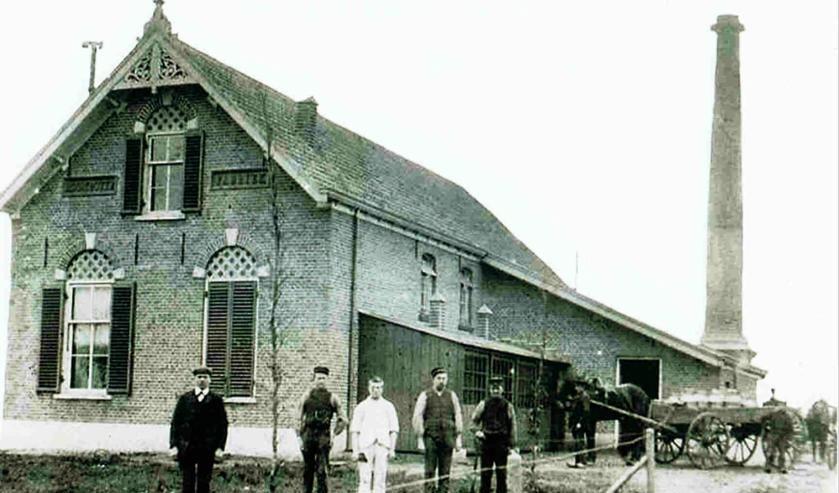 Aalten, Zuivelfabriek 1900 met vijf personeelsleden. Foto:  Collectie Leo van der Linde
