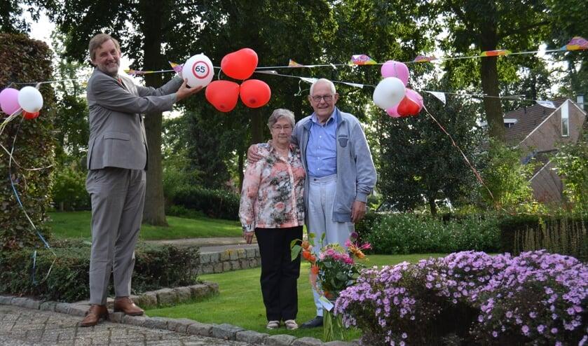 Bruidspaar Hoftijzer-te Winkel met burgemeester Stapelkamp. Foto: Karin Stronks