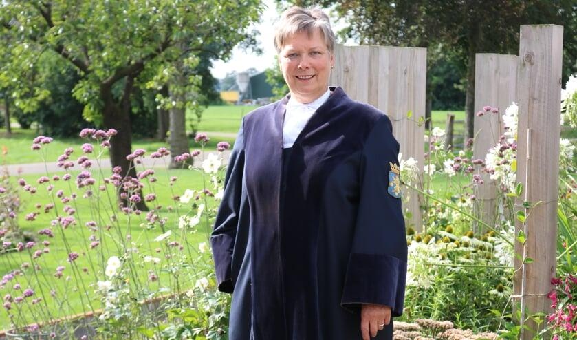 <p>Marja Eggink trok voor de foto nog een keer haar trouwtoga aan. Foto: Arjen Dieperink</p>