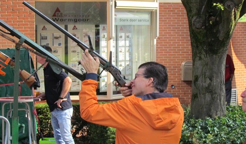 Tijdens de najaarskermis, editie 2017, mikt burgemeester Van Oostrum op de vogel. Foto: Rob Stevens