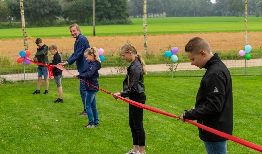 Burgemeester Stapelkamp opent de speeltuin met Jort en Sem Vreman en Tieme, Jinte en Mirle Lankveld. Foto: Marcel te Brake fotografie