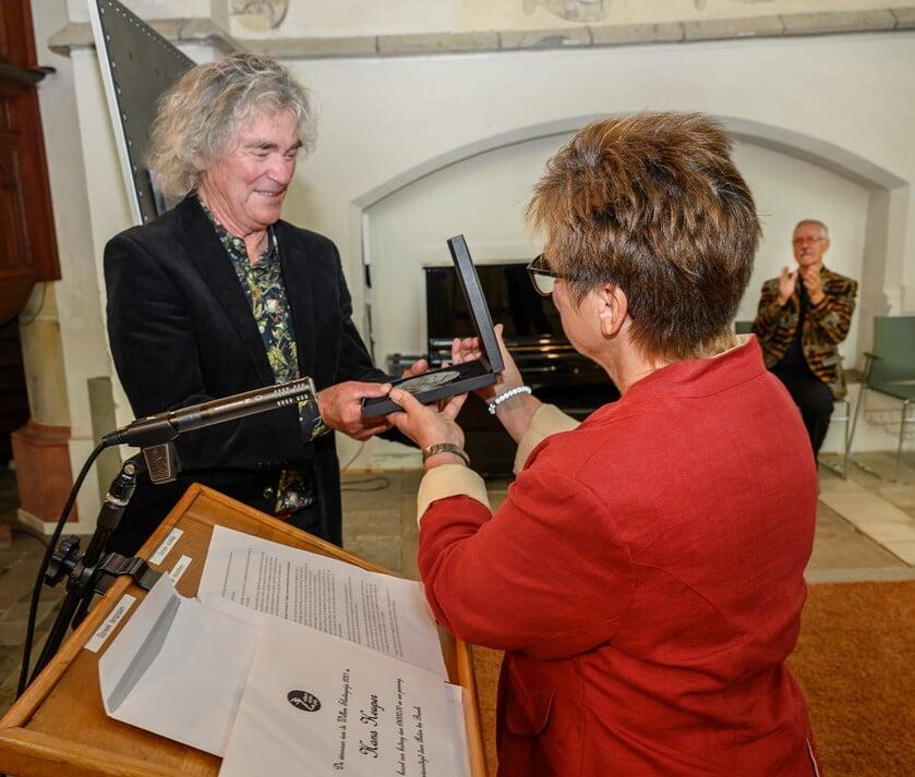 <p>Afgelopen zaterdag kreeg Hans Keuper in Eibergen de Sluiterpenning uitgereikt door juryvoorzitter Diana Abbink. Foto: Gerard M&uuml;hlrad </p>