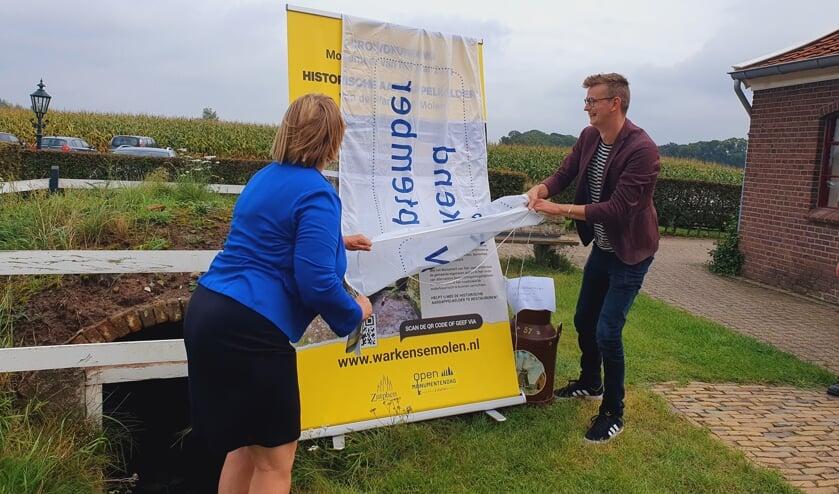<p>Ineke Hissink, voorzitter Open Monumentendag Zutphen, en wethouder Mathijs ten Broeke lanceren de aardappelkelder bij de Warkense Molen tot Monument van het Jaar. Foto: PR</p>
