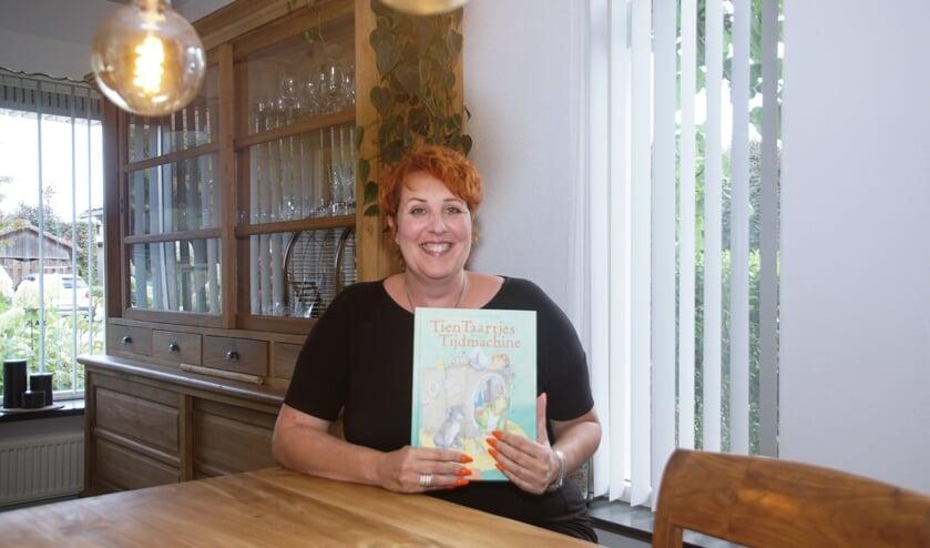 Bettina IJzendoorn is blij met haar nieuwe kinderboek. Foto: Frank Vinkenvleugel