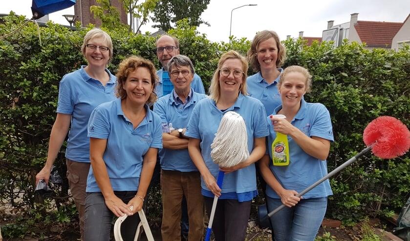 <p>Een groep vrijwilligers van Present, klaar voor een schoonmaakklus. Foto: Present Winterswijk</p>