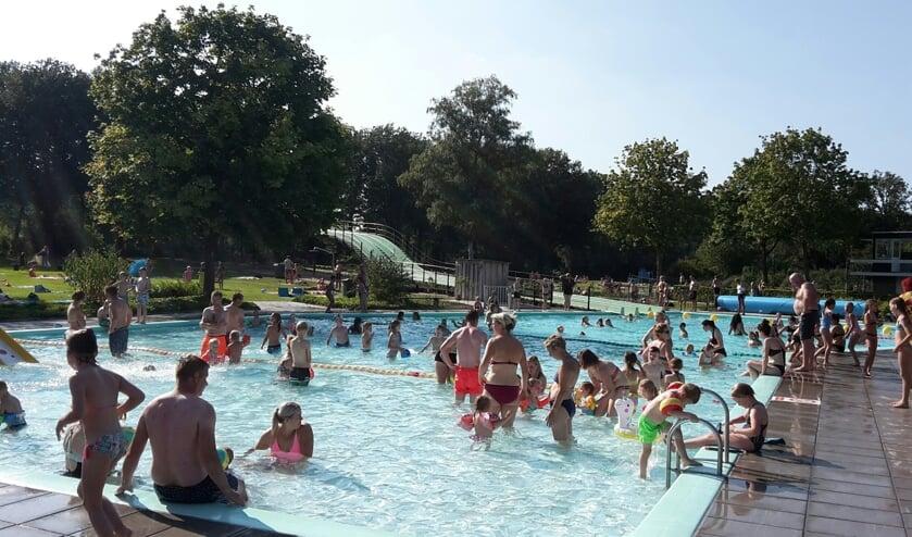 <p>Een strak blauwe lucht en zomerse temperaturen zorgden voor een schitterende seizoen afsluiting voor zwembad De Meene. Foto: PR</p>
