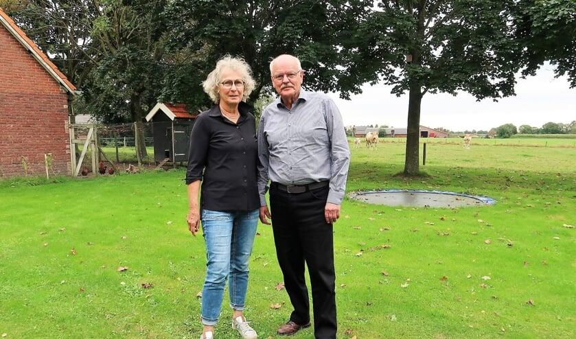 Nico en Tineke Heinen, staand in hun achtertuin met uitzicht op de Voor-Beltrumse weilanden. Foto: Theo Huijskes