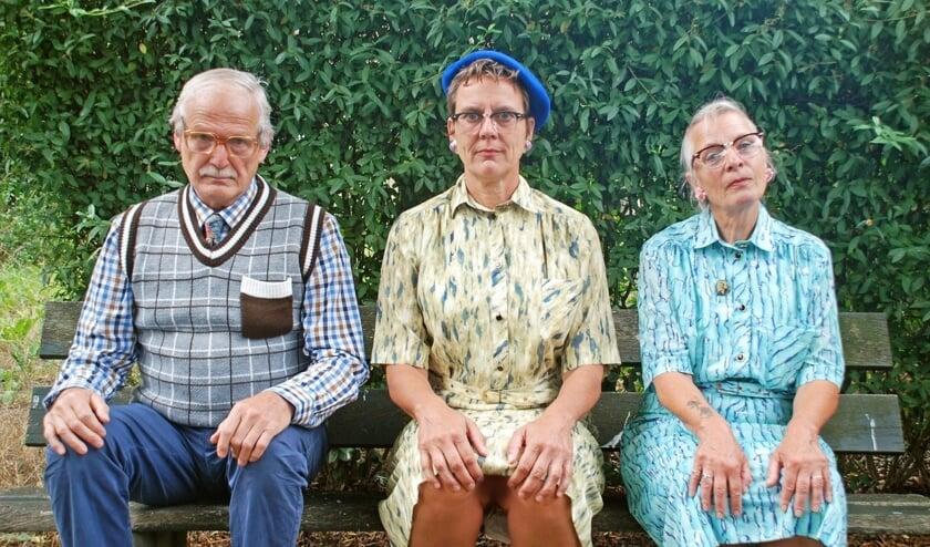 <p>Een vrolijke clowneske voorstelling over twee zussen en hun broer op leeftijd die proberen te ontdekken wie van de drie dementie heeft. Foto: PR</p>