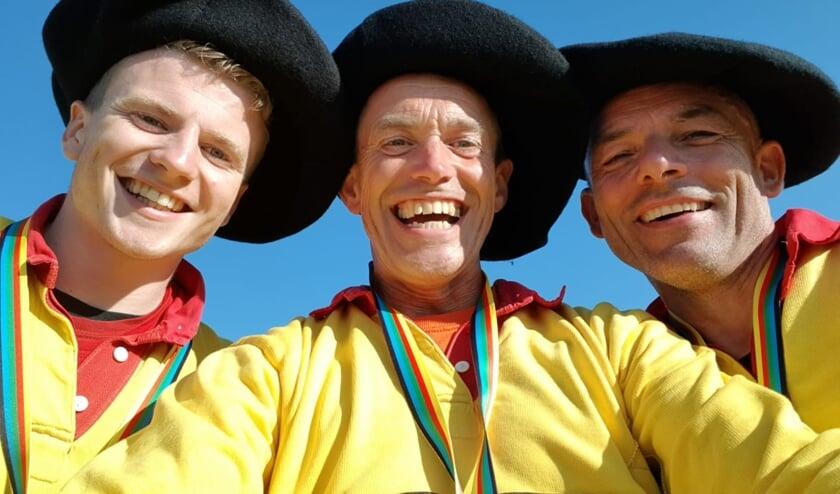 <p>Richard en Gert-Jan Vliem en Gerrit Uilenreef met hun gouden medailles en Baskische b&eacute;ret. Foto: PR</p>