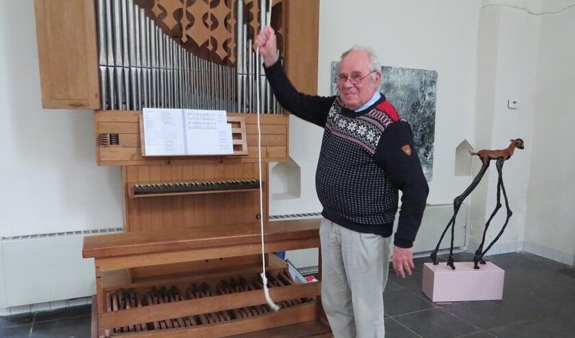 <p>Koster Hans de Mol luidt de klok als oproep voor 'Vesper in de stad' in de Driekoningenkapel. Foto: Josée Gruwel.</p>