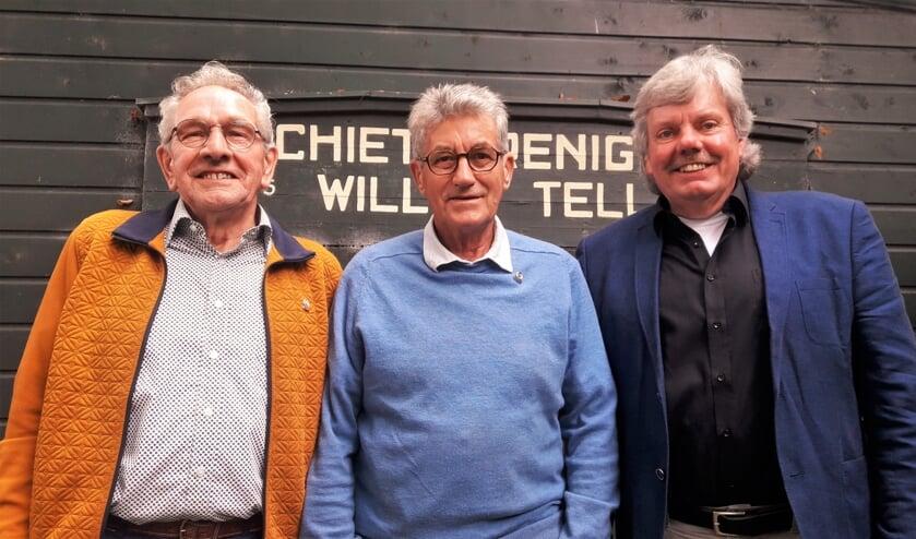 Voorzitter Henk Maalderink met Henk Pelgrom (l.) en Lammert van de Barg (m). Foto: Henk Greven