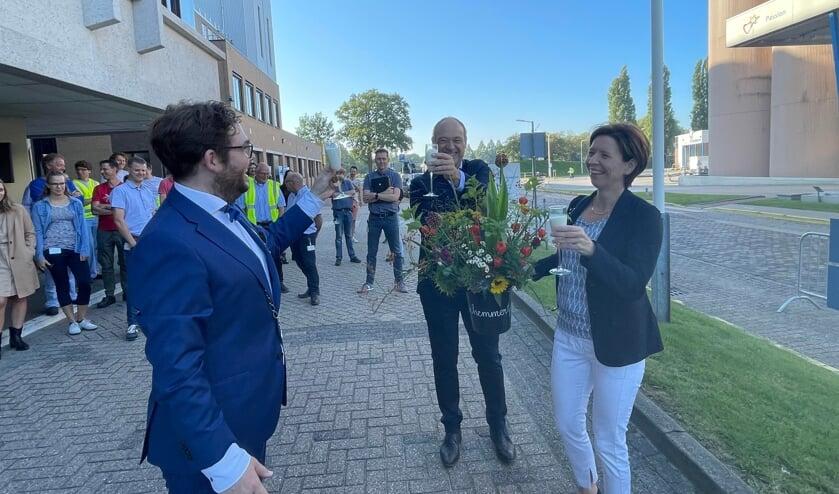<p>Burgemeester Sebastiaan van &#39;t Erve, plantmanager Remco N&uuml;hn en commissaris Sandra Addink van FrieslandCampina (vlnr) heffen het glas (melk) op het 150-jarig bestaan van het concern. Foto: Henri Bruntink</p>