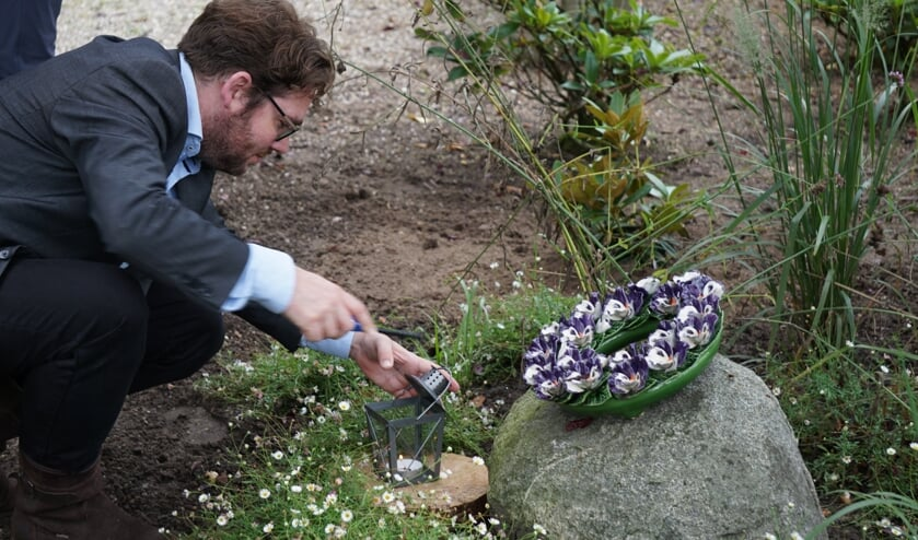 <p>Burgemeester Sebastiaan van &rsquo;t Erve stak bij het monumentje een kaars aan. Foto: PR</p>