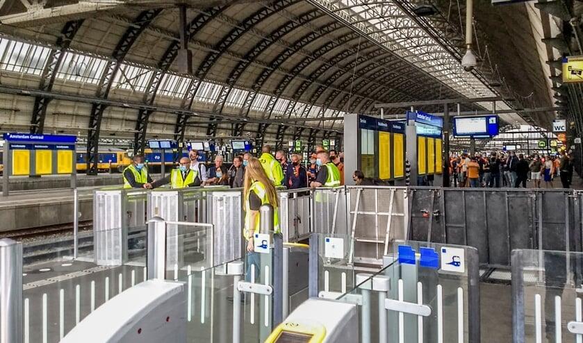 <p>Ook op Amsterdam Centraal werden vanwege de Formule 1 op Zandvoort extra treinen ingezet om de mensenmassa te verdelen. Foto: Peter Hoogerheide</p>