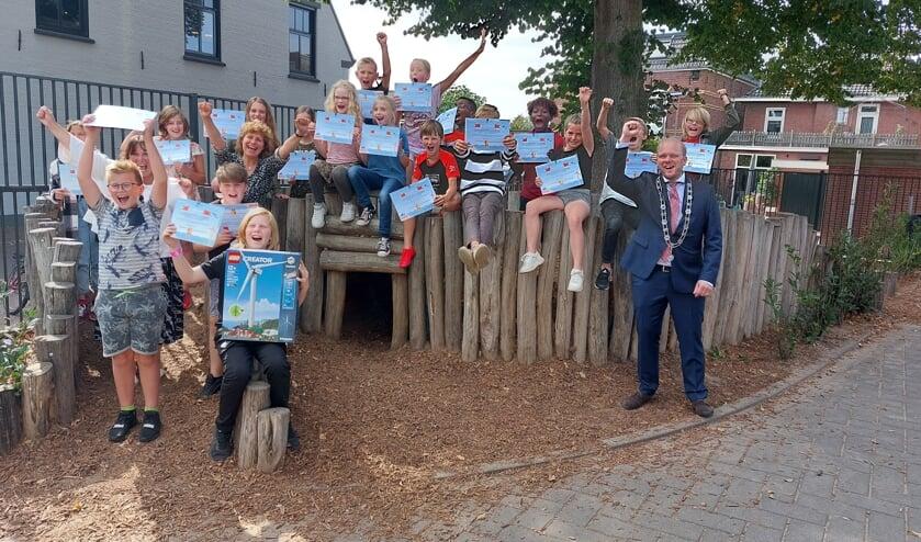 De leerlingen van groep 7 juichend op het speelplein met het Windy-certificaat. Foto: Han van de Laar