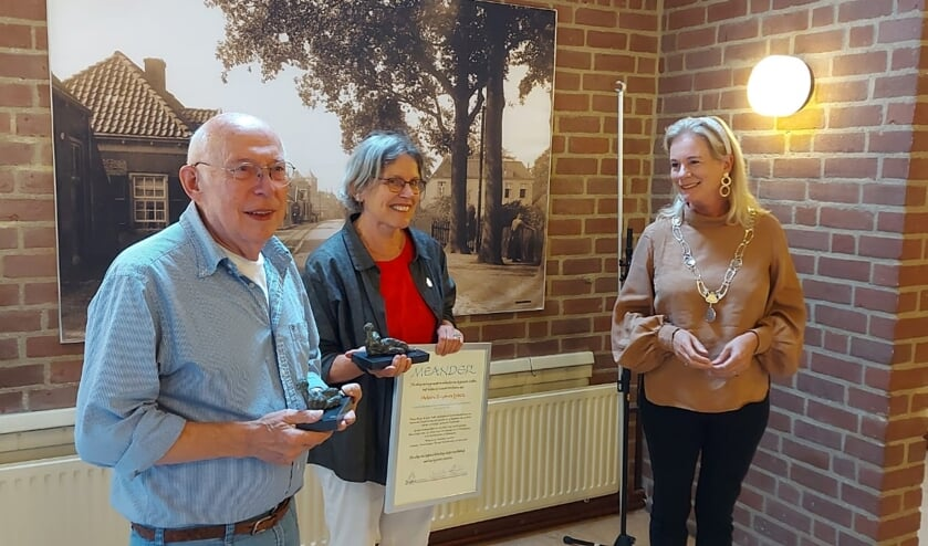 <p>Burgemeester Annemieke Vermeulen heeft de Meander uitgereikt aan Heleen Buijs-de Later en Frans van Uem. Foto: PR</p>
