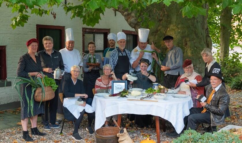 De kookgroep onder de ruim 170-jarige plataan, bij het 25ste diner van Eetcafé Rekken. Foto: FotoRia