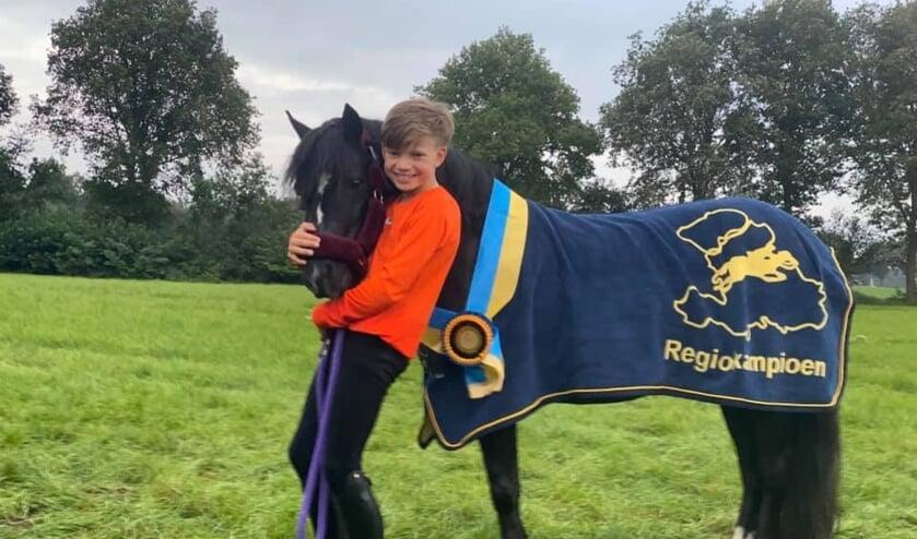 Vycho knuffelt met zijn pony Hafdre Elysteg waarmee hij Regiokampioen is geworden. Eigen foto