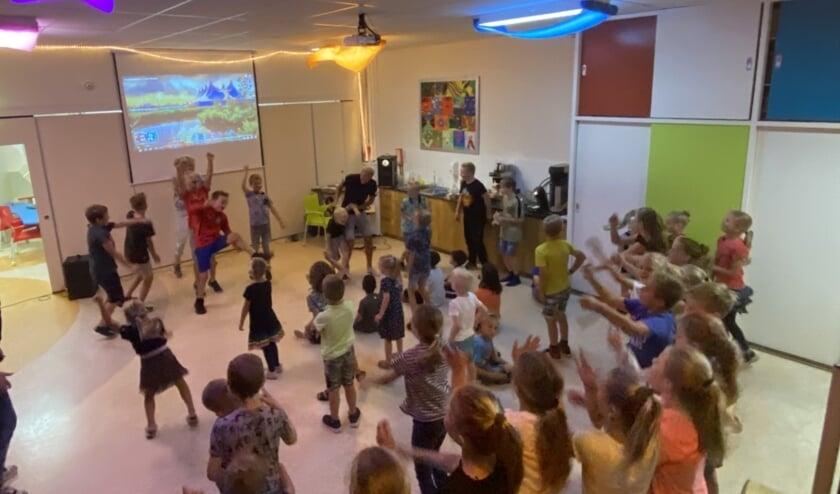 <p>De gemeenschapsruimte van openbare school De Driesprong werd omgetoverd tot een ware discotheek. Foto: PR</p>