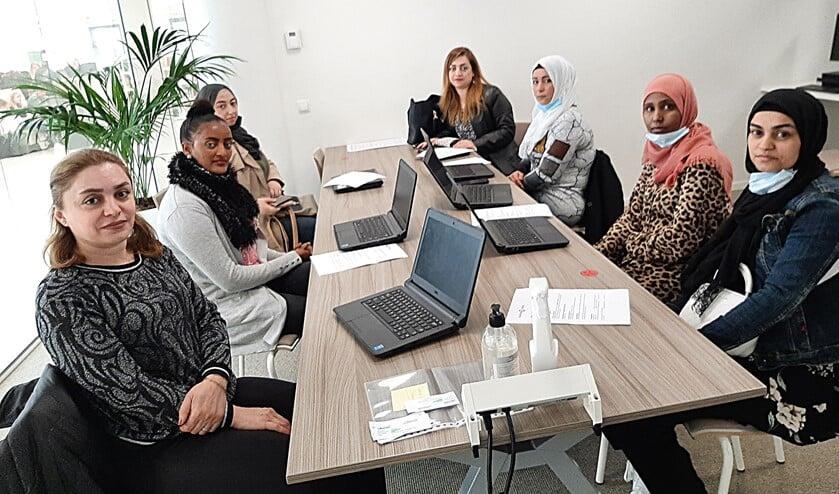 Acht statushouders uit de Achterhoek nemen deel aan aangepast scholingstraject aan het Graafschap College. (1 deelnemer ontbreekt op de foto). Foto: PR