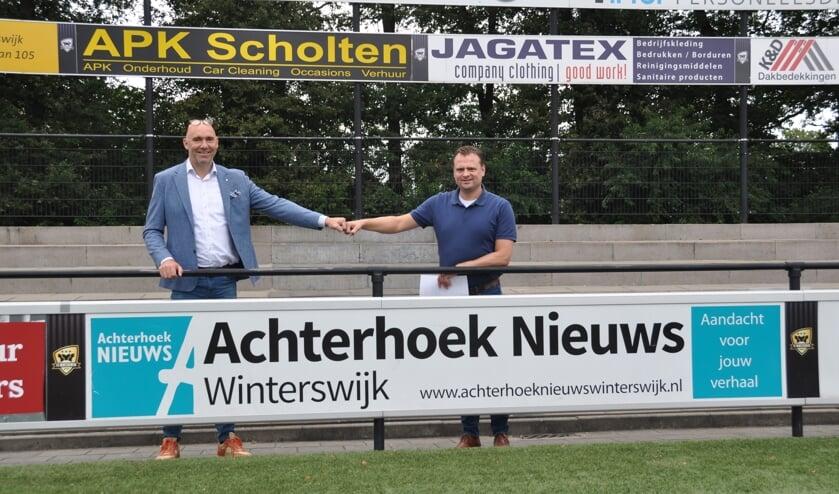Patrick Verheij (links) en Mattijs Mantel bij het reclamebord langs het veld. Foto: Niels Blikman