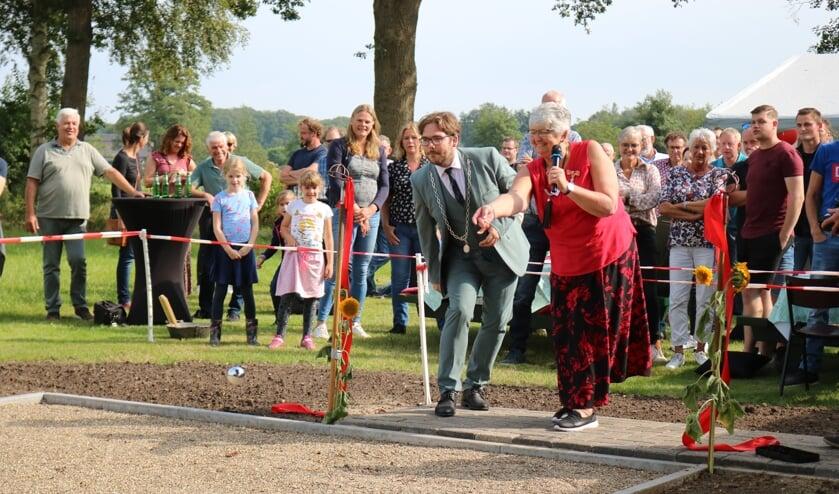 <p>Door het rode lint te verwijderen en de eerste ballen te werpen werd de jeu-de-boulesbaan geopend. Foto: Arjen Dieperink</p>