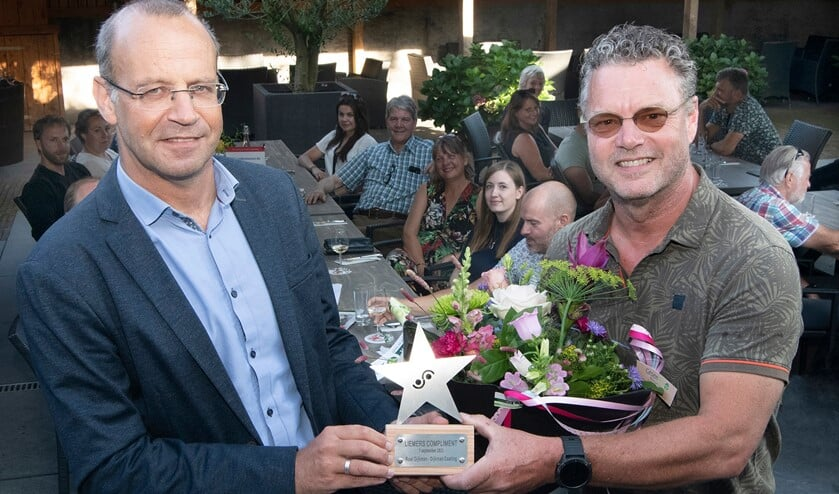 Roel Dijkman (rechts) die de onderscheiding uit handen van wethouder Martin Som ontvangt. Foto: Jacques Kok