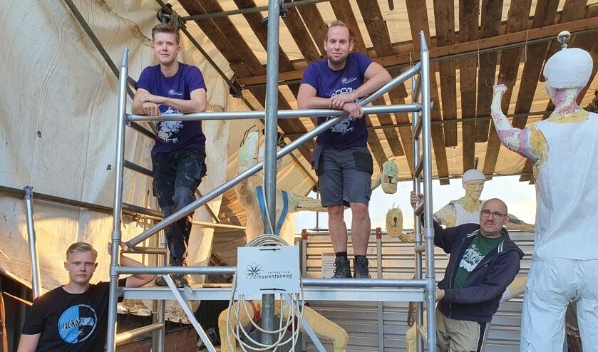 <p>Niels Rouwhorst (boven rechts) naast Chris Kleverwal op de steigers voor het hogere werk aan &#39;Climb Experience&#39;. Foto: Henri Walterbos</p>