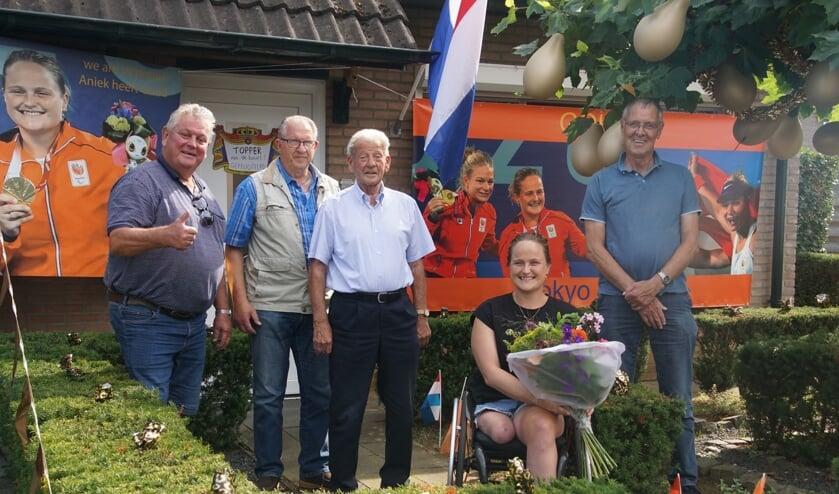 <p>Aniek van Koot blij met bloemen van 'hangouderen'. Foto: Frank Vinkenvleugel</p>