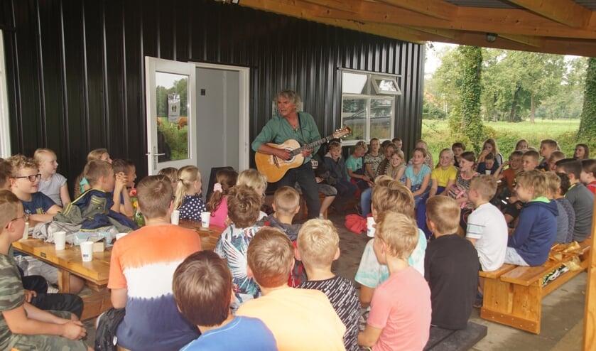 Hans Keuper zingt voor de scholieren. Foto: Frank Vinkenvleugel
