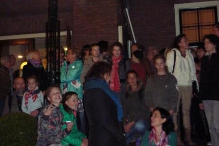 Zo'n honderd man liep maandagavond 27 oktober mee in de protestmars tegen de gemeentelijke bezuinigingen op kunst en cultuur.