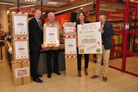 Kees Groenland (Vomar Heiloo), Jan Blekemolen, Floor IJlstra en Kees Scharringa zijn aangenaam verrast over het success van de waardepuntenactie.