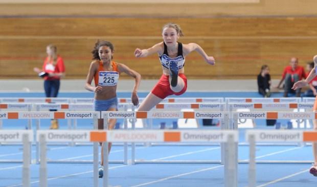 Trias atlete Nienke Madderom sprint bij de 60 meter horden naar de Nederlandse titel.