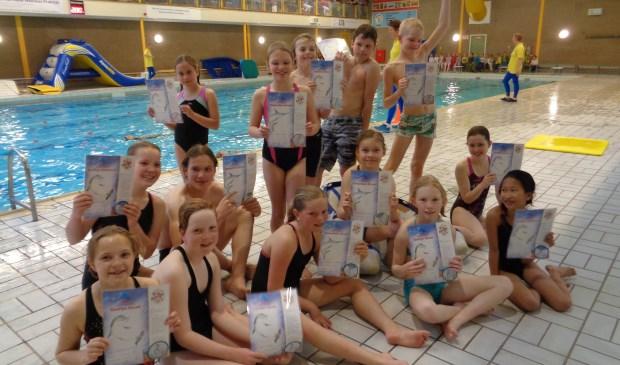 De trotse geslaagden showen hun diploma in Zwembad Loos.