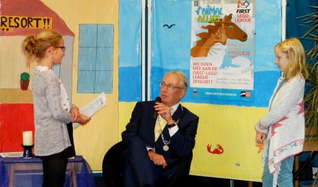 Hannah en Sophie van De Duif interviewen de burgemeester
