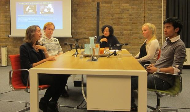 Deelnemers en gespreksleider vlnr: Elisabeth, Nick, Cassandra Bertels (gespreksleider, psycholoog Shiftcoaching), Wietske, Earth