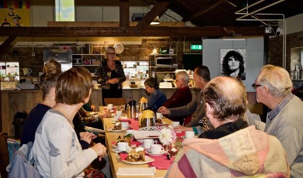 Wethouder Elly Beens bedankt vrijwilligers tijdens workshop fotografie. Foto: Stip Fotografie.