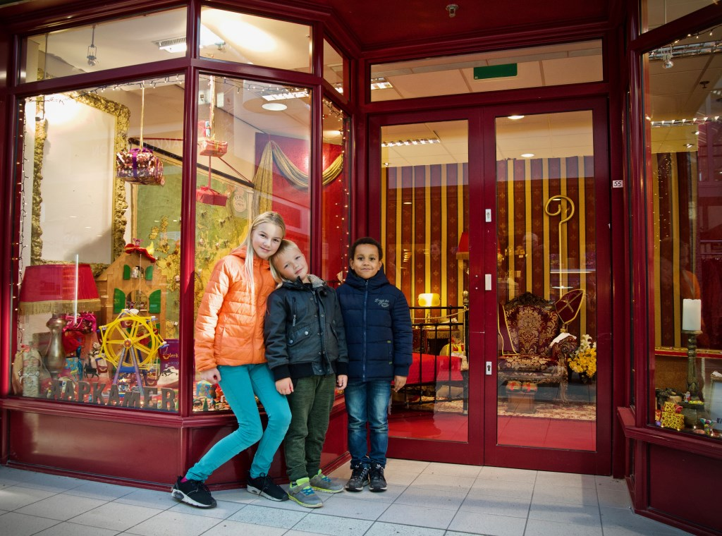 Lieve met haar broertje Engel en vriendje Jay brachten de eerste tekeningen voor Sint  © Uitkijkpost Media B.v.