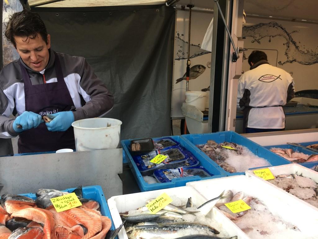 """Bij Vishandel Heinen en Muijs sprak ik met Volkert Muijs: """"Het beste uit de zee op de markt in Heiloo.""""  © Uitkijkpost Media B.v."""