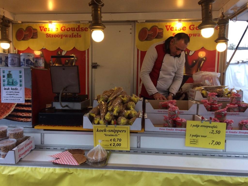 """Bij de Goudse stroopwafels: """"De lekkerste stroopwafels uit Gouda op de markt in Heiloo.""""  © Uitkijkpost Media B.v."""