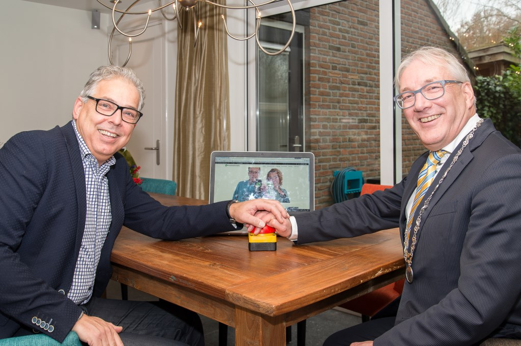 De heer de Boer en burgemeester Romeyn Foto: Iwan Bronkhorst  © Uitkijkpost Media B.v.