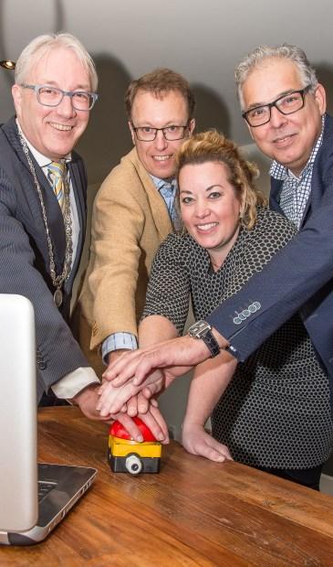 V.l.n.r.: Burgemeester Romeyn, Paul Dirks, Daniëlle Kloos en de heer de Boer. Foto: Iwan Bronkhorst