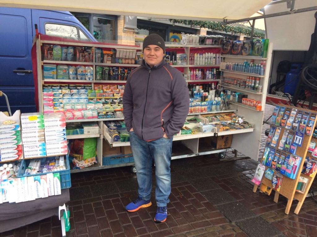 """Bij de drogist sprak ik met Jafari: """"Laagste marktprijs op de markt in Heiloo!""""  © Uitkijkpost Media B.v."""