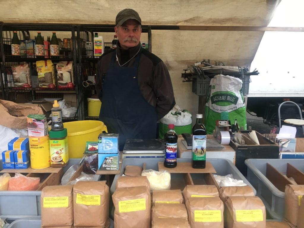"""Bij De Krijgsman sprak ik met Rene Dudink: """"Heerlijke meel, thee en kruiden op de markt in Heiloo"""".  © Uitkijkpost Media B.v."""
