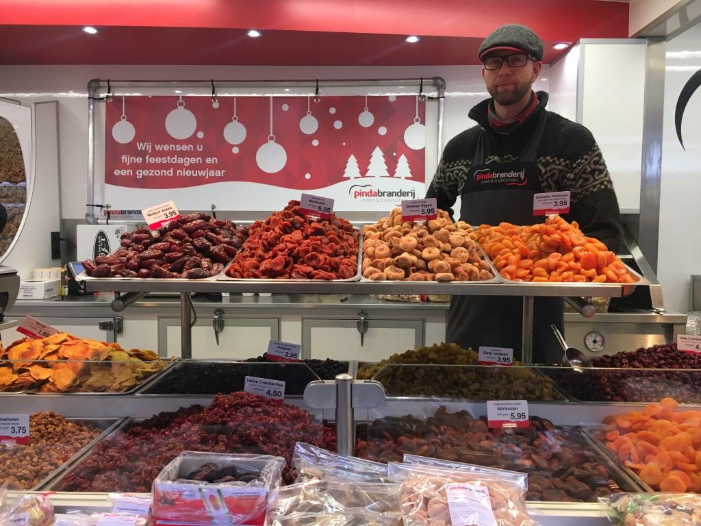 """Bij de Pindabranderij sprak ik met André Boontjes: """"Uw specialist in pinda's noten en zuidvruchten op de markt in Heiloo"""".  © Uitkijkpost Media B.v."""