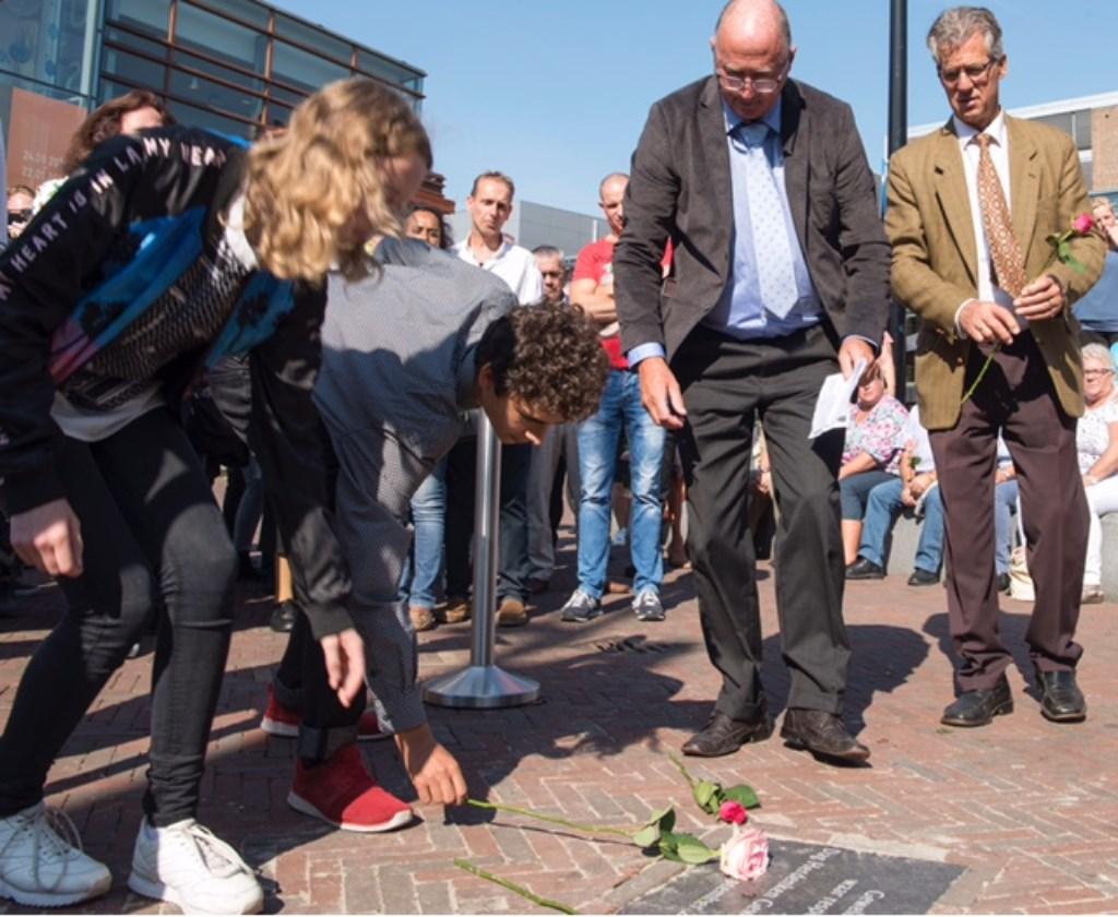 Veerle en Yuri Meijer hebben de gedenktegel onthuld. Foto: Carlo Stevering  © Uitkijkpost Media B.v.