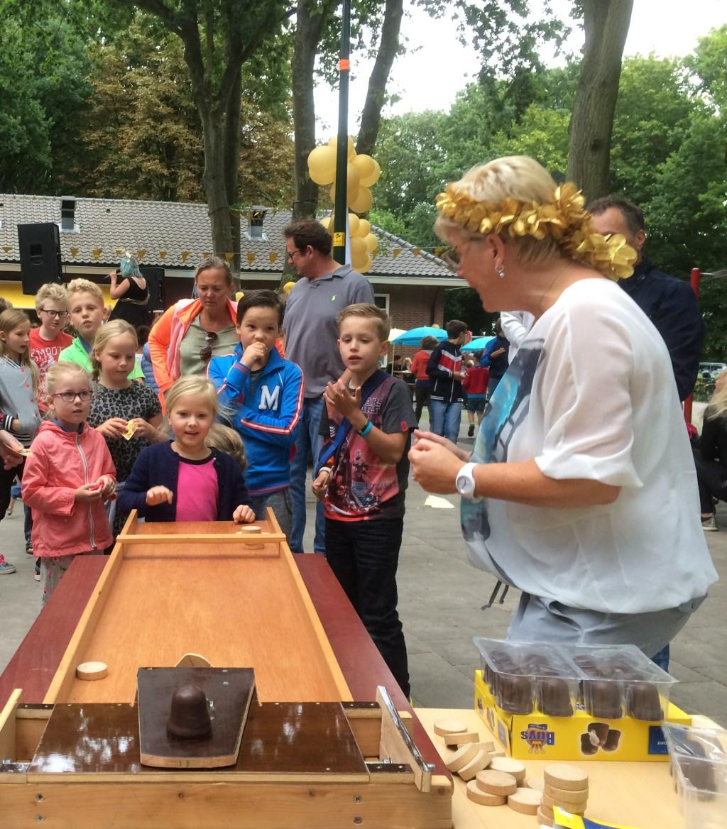 Zomerfeest: traditioneel 'zoenen-sjoelen'  © Uitkijkpost Media B.v.