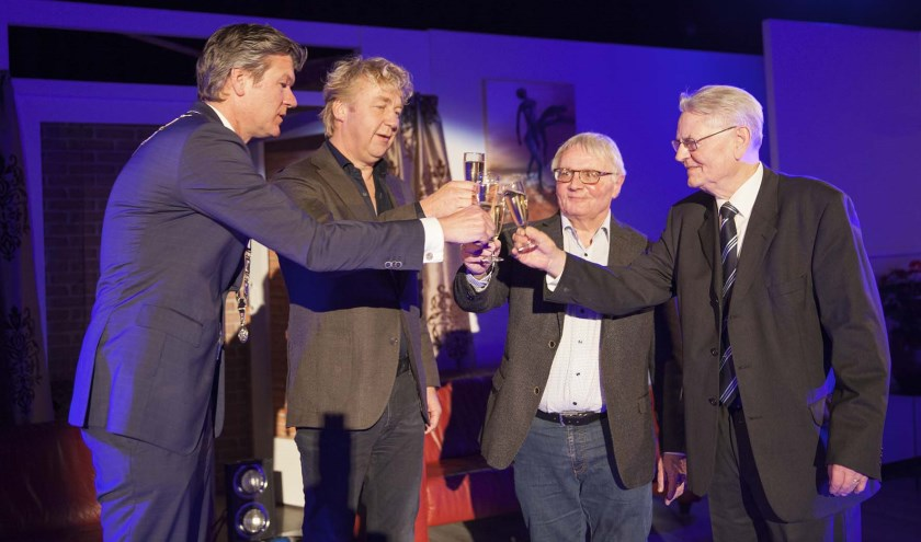 Vlnr: Burgemeester Mans (Gemeente Castricum, T. Biesterbos (Directeur Biesterbos, J. Postma (Toonbeeld), T. Kenter (Stichting Nieuw Geesterhage).