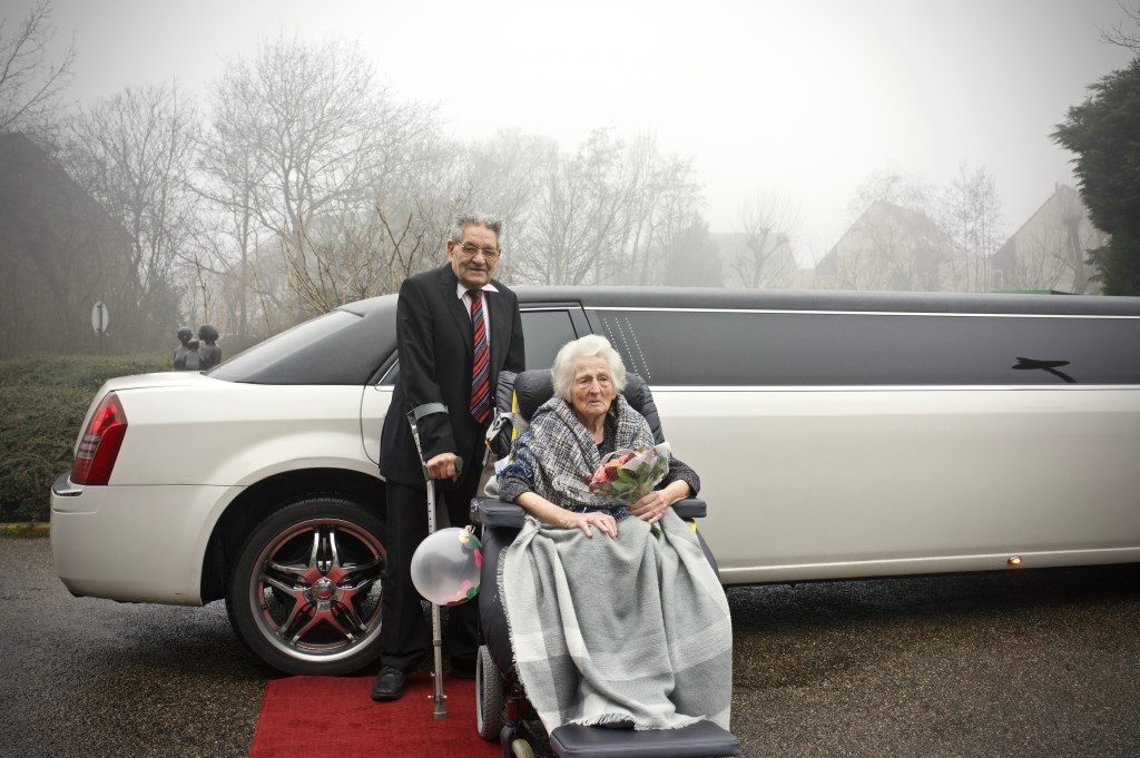 Fons kwam in een limousine aan bij ViVa! Zorggroep Heemswijk waar Gré verblijft. Foto: STiP Fotografie © Uitkijkpost Media B.v.