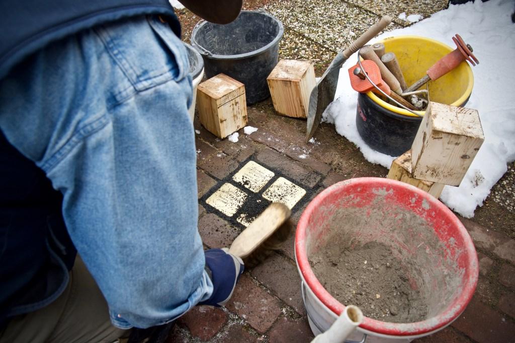 De struikelstenen worden ingemetseld. Foto: Stip Fotografie  © Uitkijkpost Media B.v.
